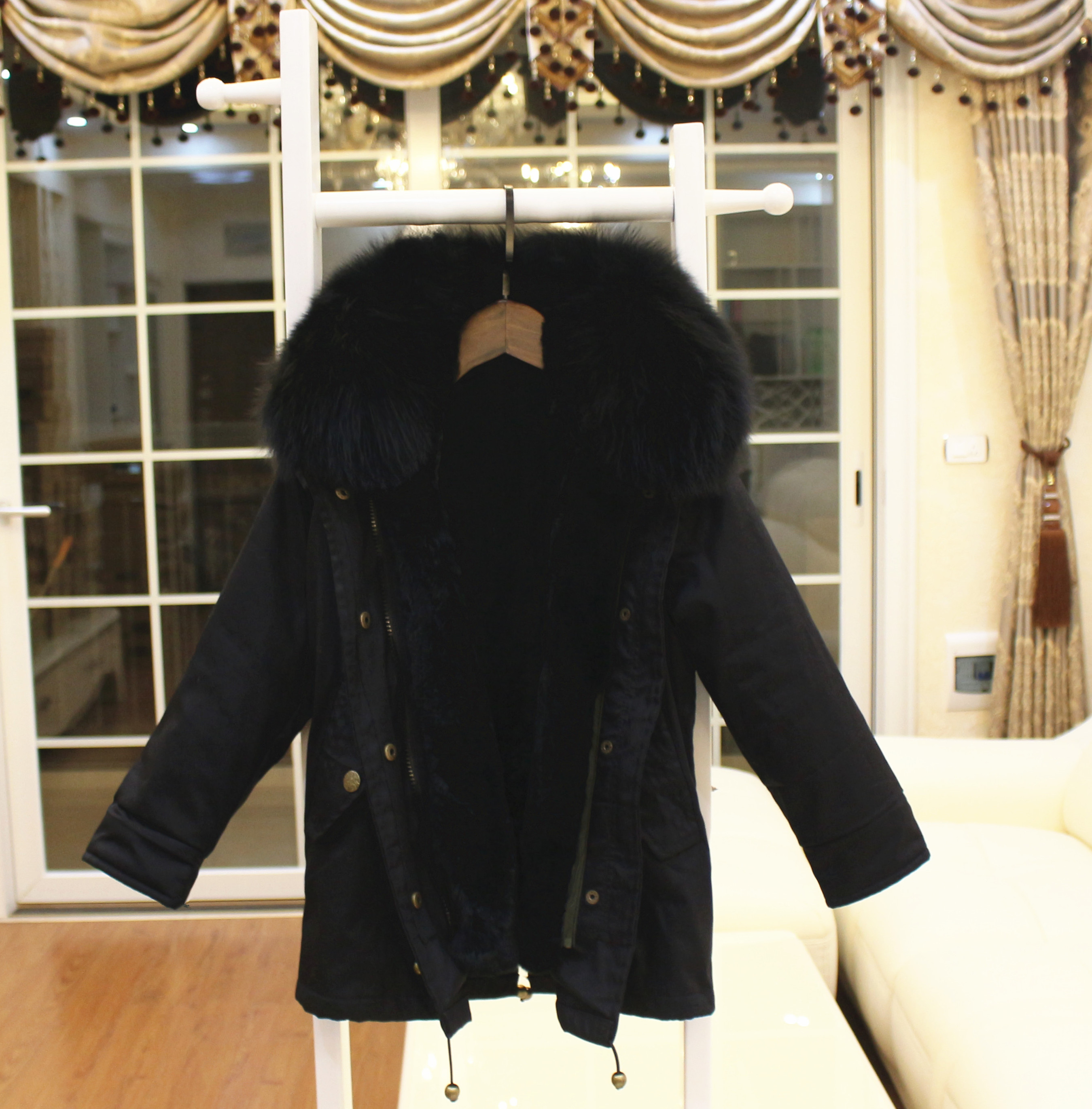 Color classification: Black casing liner black fur collar