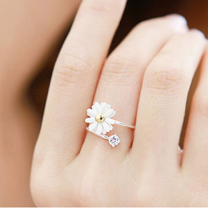 Korean version of the small jewelry wholesale South Korean daisy flower ring small fresh accessories for men and women couple ring E1286