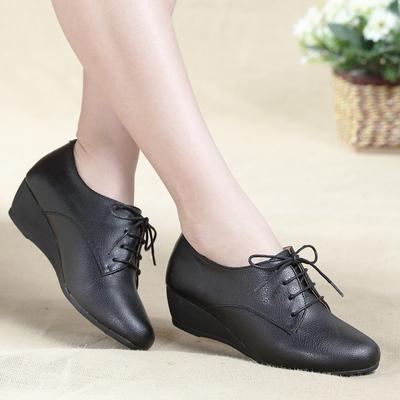 真皮舒适妈妈鞋秋季防滑中老年女鞋圆头系带单鞋黑色坡跟女士皮鞋
