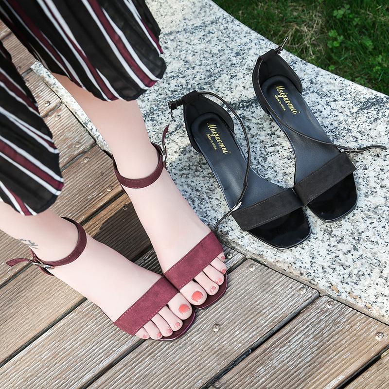 2017夏季一字扣高跟粗跟凉鞋罗马一字带黑色绒面露趾简约中跟女鞋