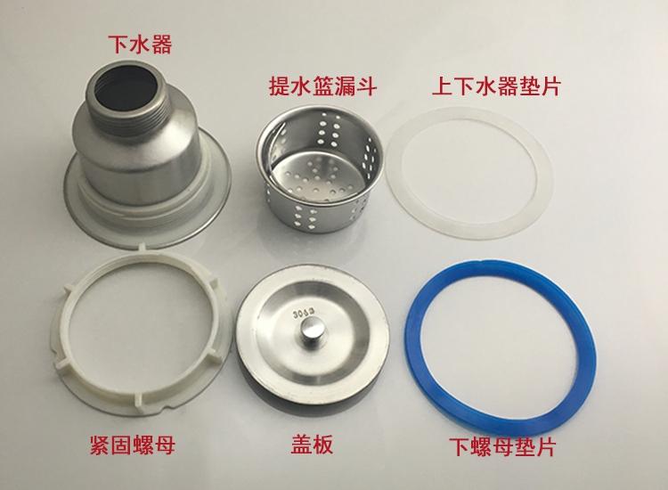 De keuken gootsteen, waterleiding en roestvrij staal onder de gootsteen dubbele draai de afvoerpijp in het riool van het bekken van onderdelen.