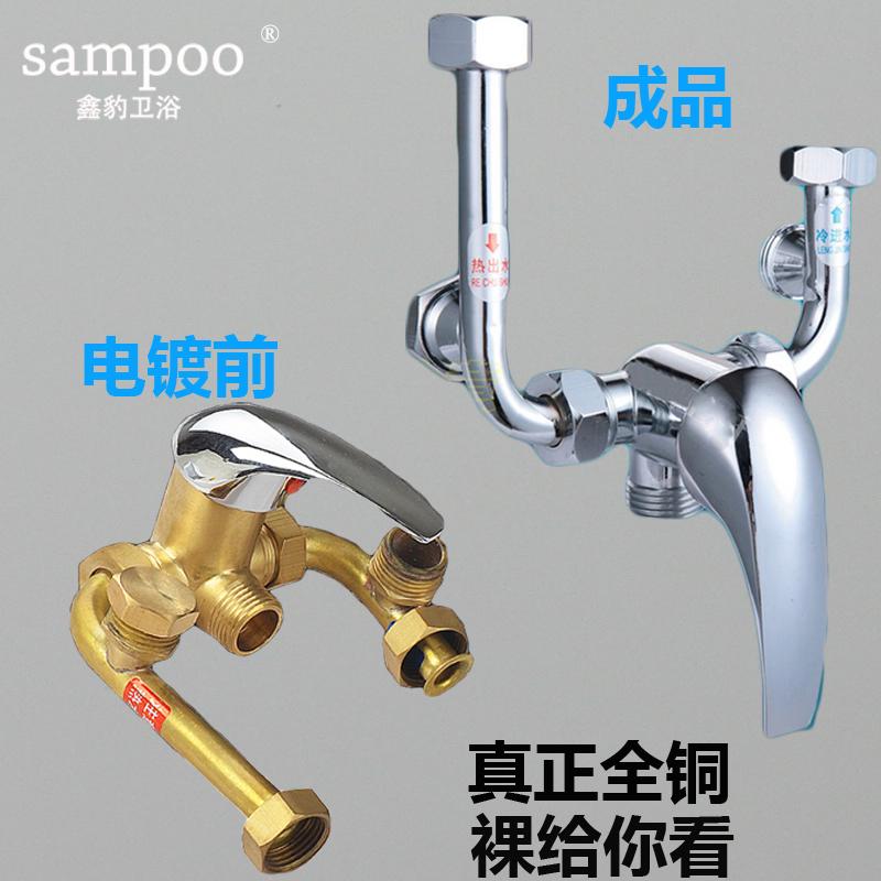 El calentador eléctrico de agua de la mezcla de cobre con el interruptor general de agua de la ducha y mezclas el grifo