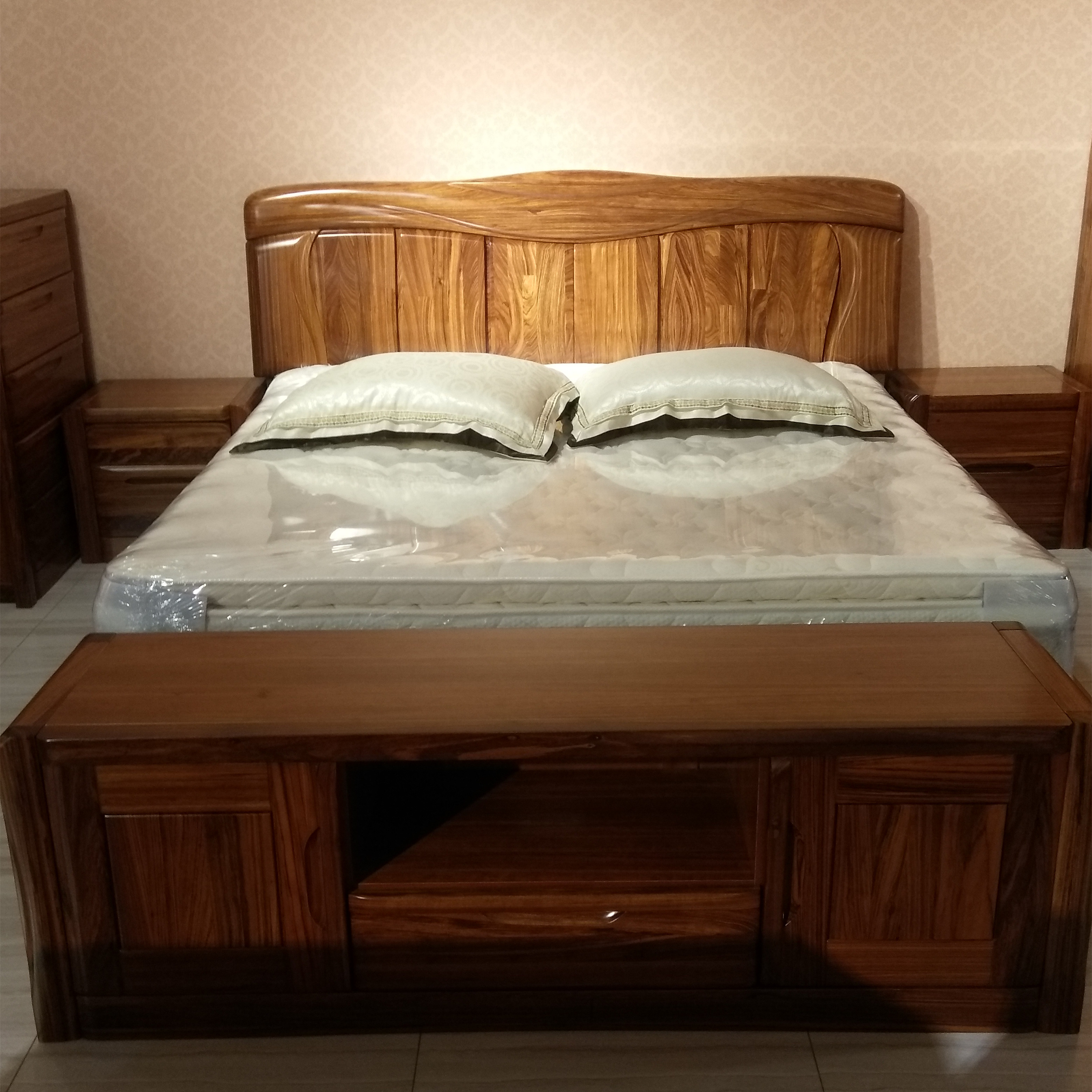 The Nordic Wujin wood bed high-end bedroom double wedding bed all wood furniture, 1.8 meters of walnut bed PK