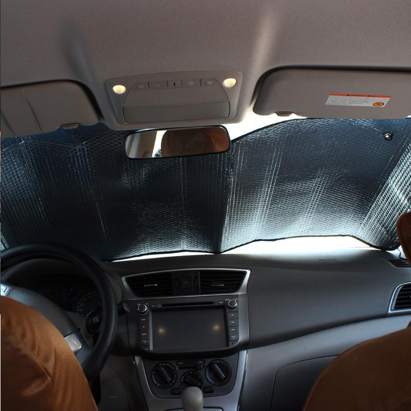 през лятото на кола. двойно изолирани кола с алуминиево фолио, запазването на превозното средство на сенника пред слънцезащитен крем, генерал на слънцето.