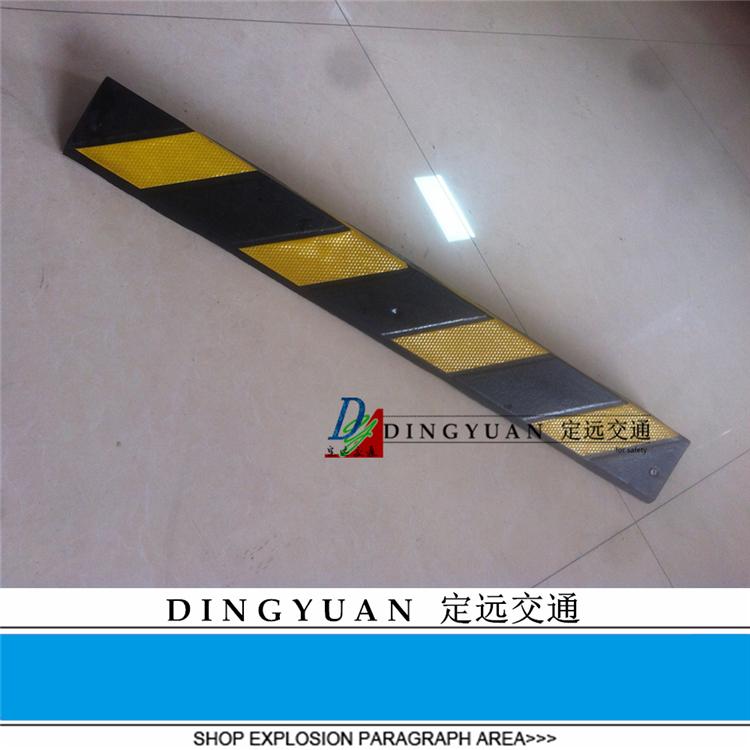 En la esquina de la goma de caucho el estacionamiento en ángulo recto ángulo 80 reflejan la luz de advertencia de la protección