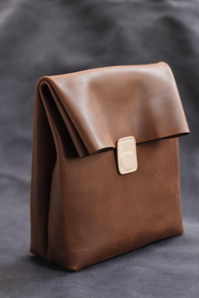 禧緑皮貨手工制 纸袋型牛皮手拿包 咖啡色/植鞣原色 无现货需预定