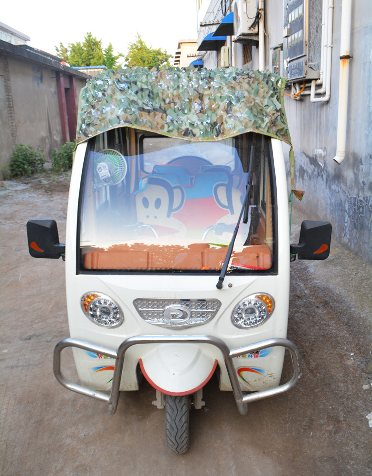 Elektro - dreirad - wagen auf dem Dach der auto - sonnenblende camouflage - wärmedämmung gegen Sonne und REGEN alufolie markisen