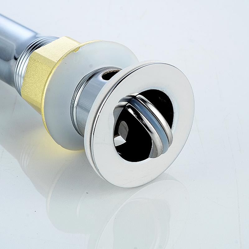 Lavabo en el agua de la cuenca de drenaje de agua en la cuenca del tubo de desodorante al agua en una pileta