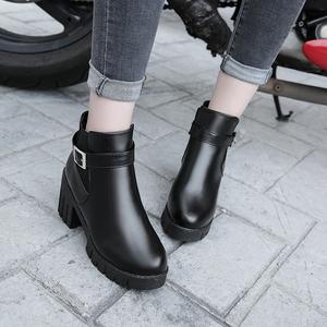 短筒马丁靴皮带扣中跟皮鞋2017冬季新款英伦加绒粗跟松紧套脚女鞋