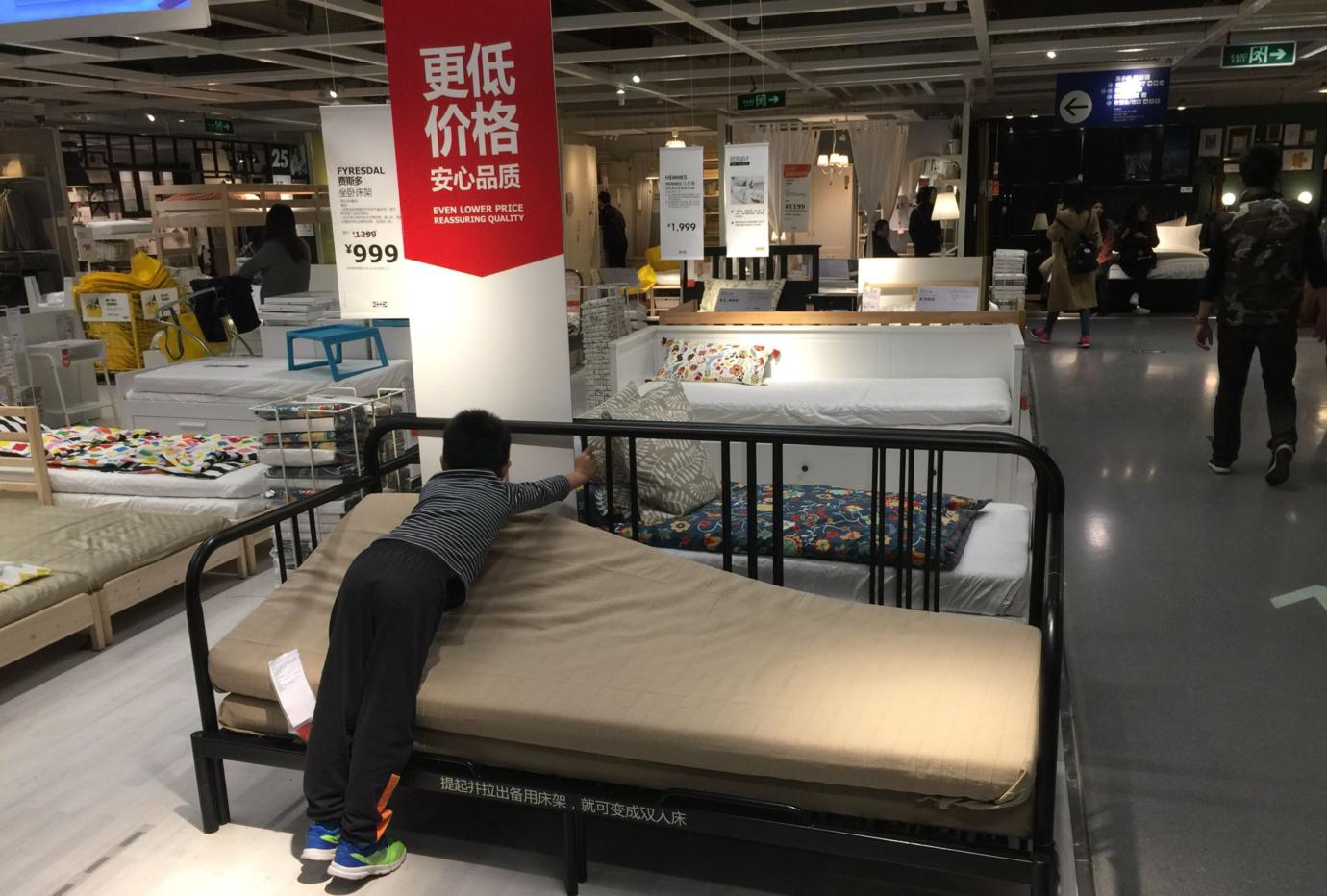 ikea. krzesło łóżka. w ramach krajowych podwójne łóżko.