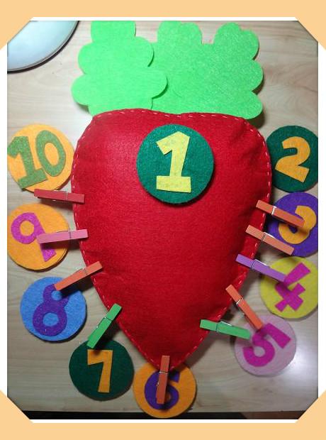 宝贝名称:立体点数夹夹子胡萝卜 宝贝材质:不织布(双层),珍珠棉(填充物),彩色木夹,子母贴 宝贝尺寸:胡萝卜带叶子高32cm,宽17.5cm 宝贝功能:数字带粘扣,可取可粘。厚3毫米的不织布。10个夹子。宝宝可以玩数字游戏:粘一个数字就对应的夹几个夹子,完成一一对应的点数。反复练习。结实耐用