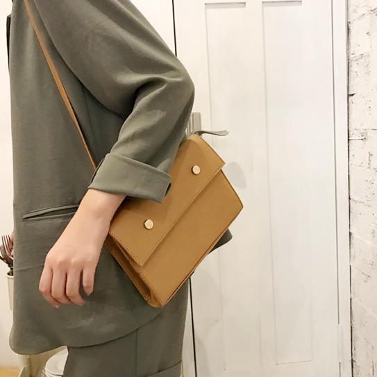 韩版简约复古金属钉翻盖信封包纯色两用斜挎包磁扣手拿包单肩包女