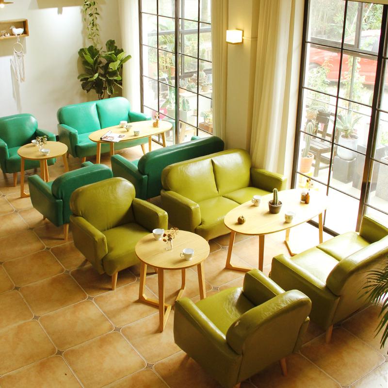pohjoismaiden yksinkertainen neuvottelemaan vastaanotto. vapaa - ajan yhden mini - kahvilan pöytiä ja tuoleja yhdistelmä puuta nahkasohva