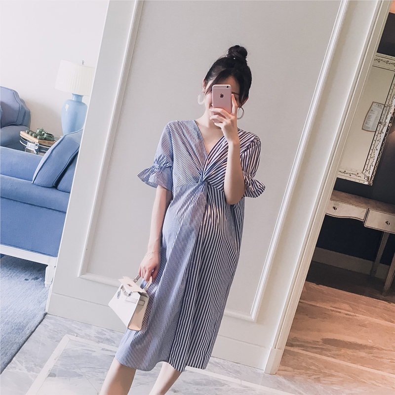 Thai sản mặc 2018 mùa hè mới v- cổ sọc khâu lỏng thời trang phụ nữ mang thai nóng mẹ áo dài Hàn Quốc