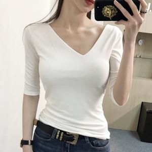 介个V领带点点斜度也好看 紧身打底中袖T恤 2018夏韩国女装同款