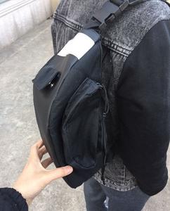 Một chiếc túi đeo vai eo hổ với một ba lô nhỏ