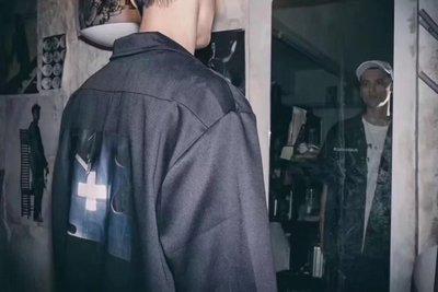 P + F Châu Âu và Mỹ đường phố cộng với khuôn mặt Chữ thập retro dụng cụ in nửa tay áo áo sơ mi nam trắng Áo
