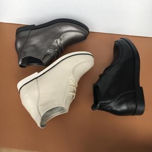 Giày da của phụ nữ bên trong và bên ngoài da đầy đủ phẳng với đáy mềm giản dị trung niên mẹ cao-top giày bên trong mùa xuân và mùa thu giày của phụ nữ